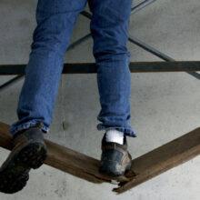Arbejdsgiver ansvarlig for ansats fald på produktionsgulv