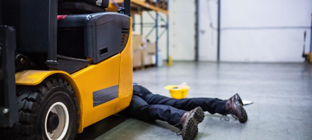 Arbejdsgiver ansvar for stilladsarbejders skade efter væltning med truck